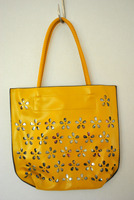 Жолта чанта со цветчиња